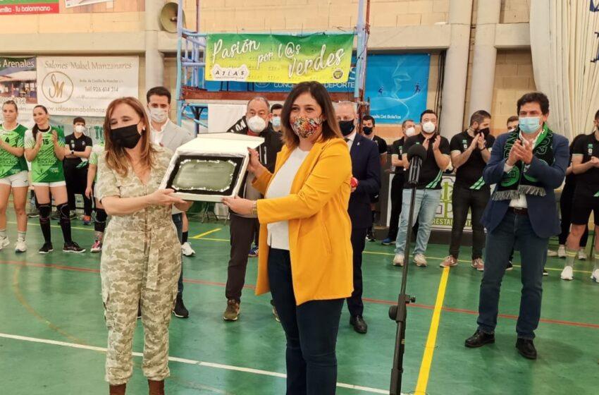 El Gobierno regional entrega la placa como 'Club Élite' al Balonmano Bolaños celebrando su clasificación para la fase de ascenso