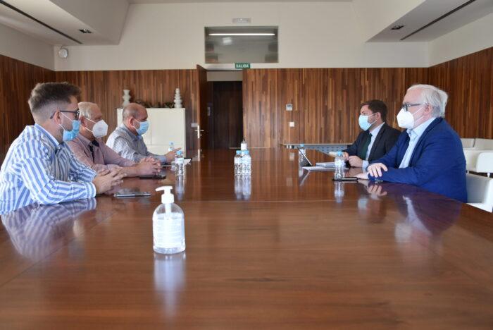 El consejero de Fomento, Nacho Hernando, se ha reunido con el alcalde de Villarrubia de los Ojos