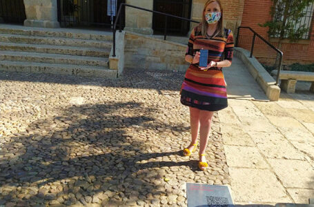 Vanessa Irla, teniente alcalde de cultura, junto a la placa QR situada en el Convento
