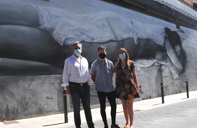 Valdepeñas sigue apostando por el arte urbano con el 'Desnudo en la playa'
