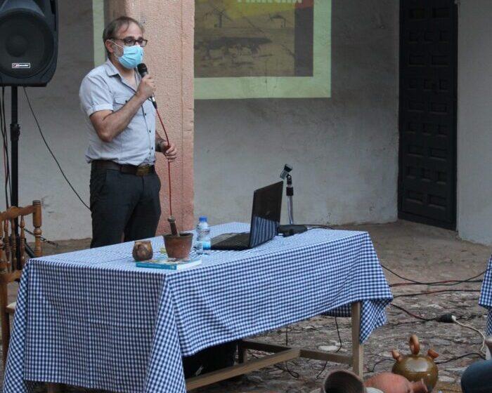 Jesús Lizcano habla sobre las artesanías del Campo de Montiel en la conferencia 'Barro en La Mancha' en Villanueva de los Infantes