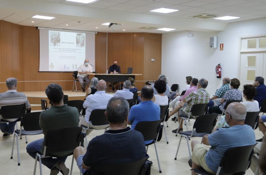 Teodoro Sánchez-Migallón descubre los secretos del pórtico de la iglesia de la Asunción de Manzanares