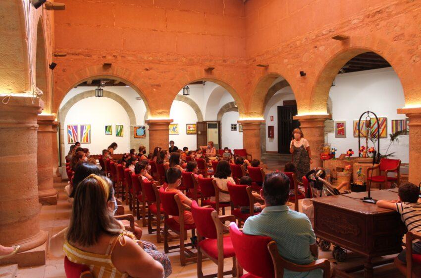 Grandes y pequeños disfrutan de los cuentos de toda la vida con Merceduka en Villanueva de los Infantes
