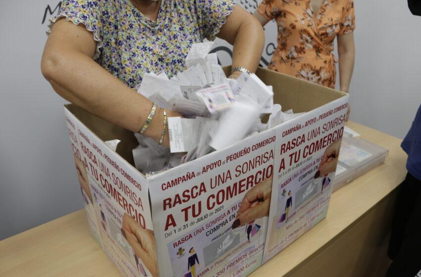 María Dolores Calzado y Conchi Torres, ganadoras de los 1.000 euros de la campaña 'Rasca una sonrisa a tu comercio' de Manzanares