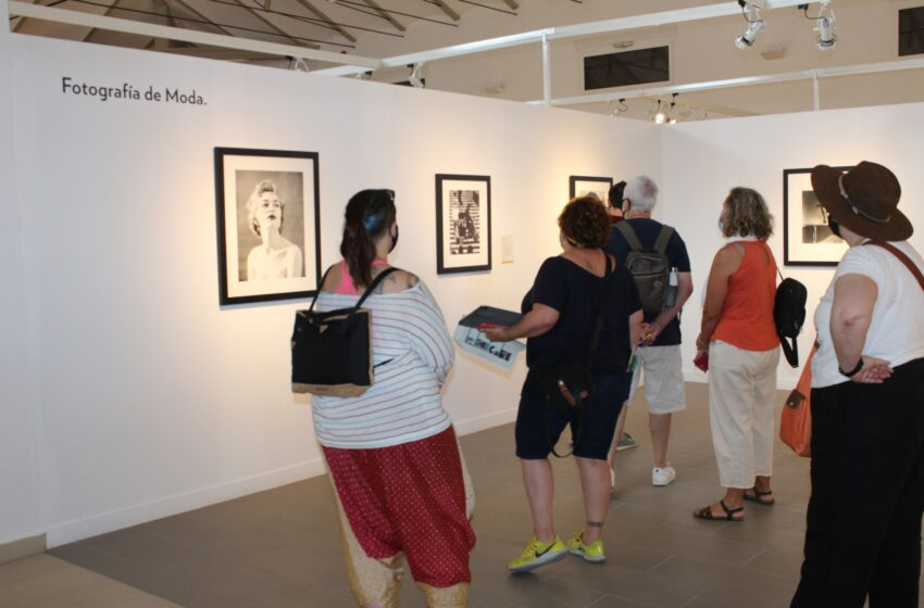 Miembros del Aula de Fotografía de la Universidad de Alcalá y de la Real Sociedad Fotográfica de Madrid visitan la exposición 'Instantes Decisivos' en Villanueva de los Infantes