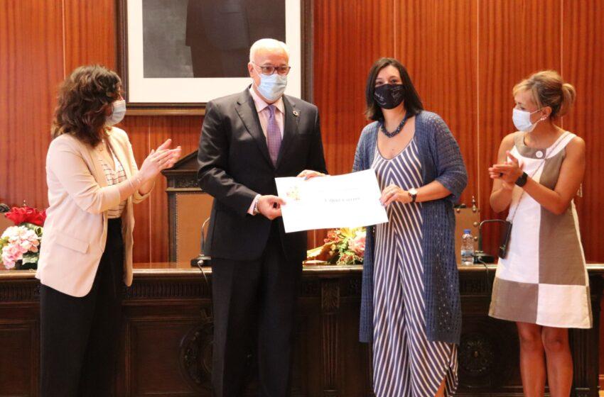 Mª Dolores Calzado y Conchi Torres, reciben los premios de la campaña 'Rasca una sonrisa a tu comercio' de Manzanares