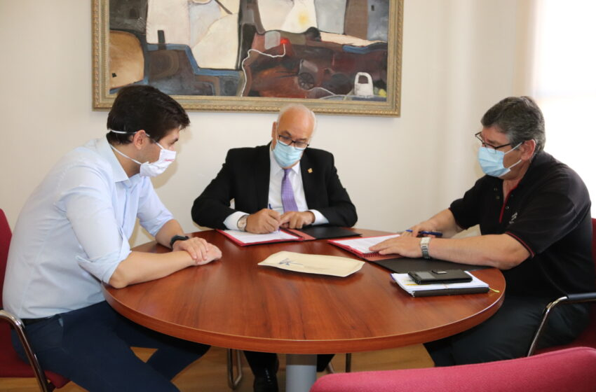 El ayuntamiento de Manzanares firma un convenio con el Manzanares CF