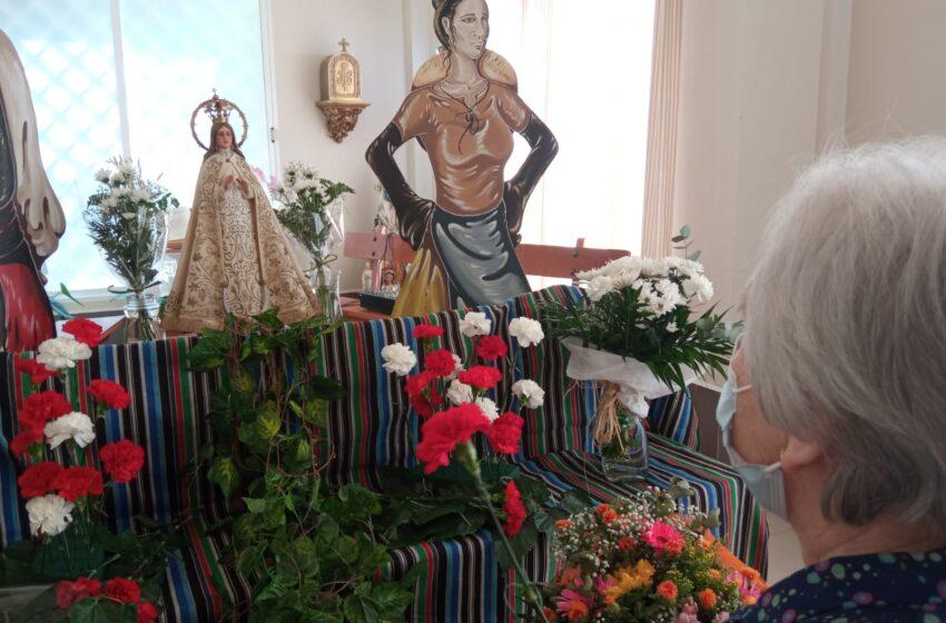 Las LXVIII Fiestas de la Vendimia y el Vino en honor a la Virgen de Consolación de Valdepeñas llenan de flores el centro de DomusVi Monte Val