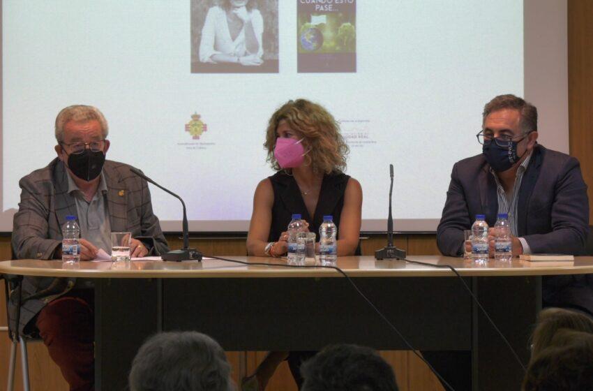 Esther Ruiz presenta su primer libro en Manzanares acompañada por Candi Sevilla y el periodista José Luis Salas