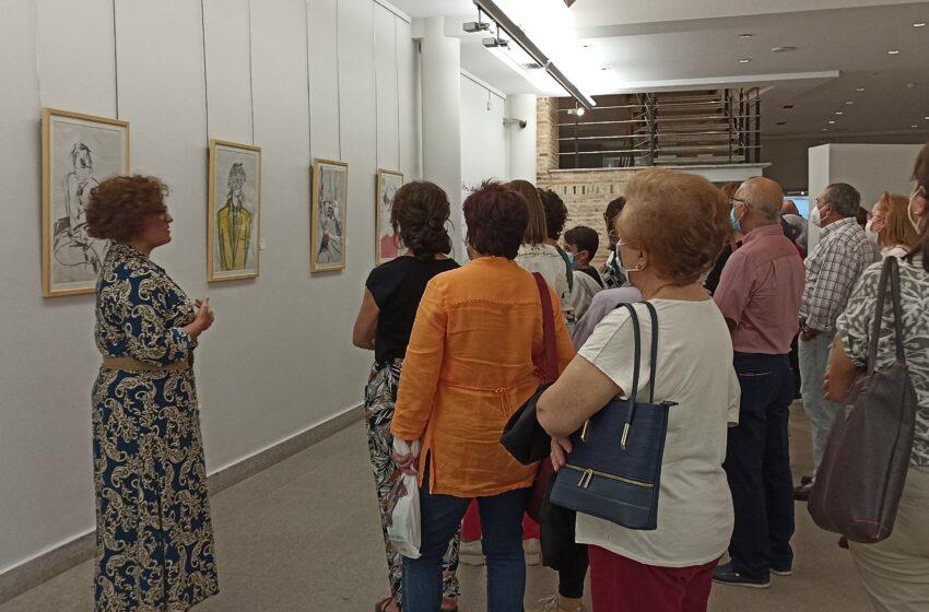 Valdepeñas celebra el Día Mundial del Turismo con una visita a la exposición de Óscar García Benedí