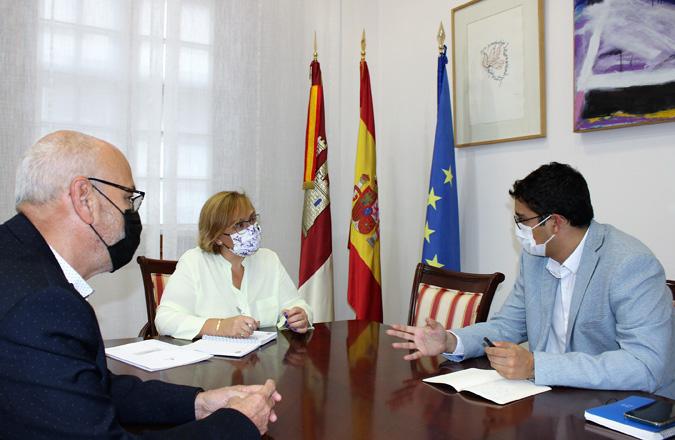 Olmedo anuncia al alcalde de La Solana una aportación de 550.000 € del Gobierno de Castilla-La Mancha para recursos educativos y asistenciales