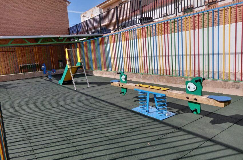 El Ayuntamiento de Carrizosa instala un nuevo Parque Infantil en el CEIP Ntra. Sra. del Salido, al que entrega también material educativo