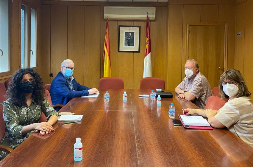 El Gobierno de CLM se reúne con el alcalde Carrión de Calatrava para abordar el servicio de transporte en la localidad