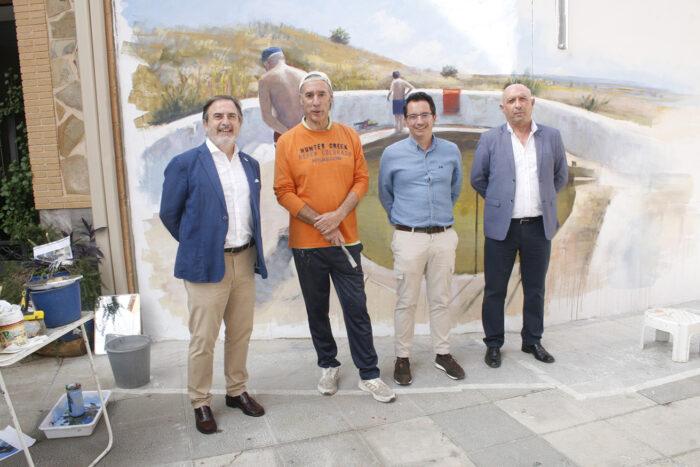 El alcalde de Aldea del Rey, José Luis Villanueva, junto al pintor Feliciano Moya, el gerente de Loborvalia y el concejal de Cultura